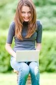 Garota estudante feliz trabalhando no computador portátil — Foto Stock