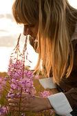 Mädchen mit blume — Stockfoto