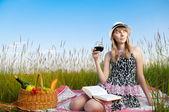 Giovane ragazza leggendo il libro e bere vino — Foto Stock