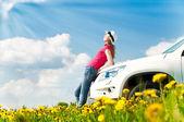 женщина и ее автомобиль в поле — Стоковое фото