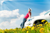 Frau und ihr auto im feld — Stockfoto