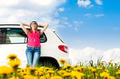 Woman and her car in the field — Stockfoto