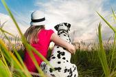 Genç kadın ile onun köpek evde beslenen hayvan — Stok fotoğraf