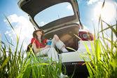 Jovem mulher descansando no carro — Foto Stock