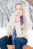 冬季街头的女孩 — 图库照片