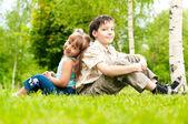 Lillebror och syster sittin rygg mot rygg — Stockfoto