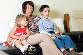 Une famille regarder une tv — Photo