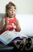 A little girl with a book — Stockfoto