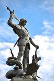 Stará socha znázorňující člověka zabít draka — Stock fotografie