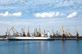 Buque de carga en el puerto — Foto de Stock