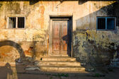 Unkempt wall and door — Foto Stock