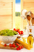Spaghetti en tomaten in een keuken — Stockfoto
