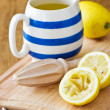 Squeezing Lemons — Stock Photo