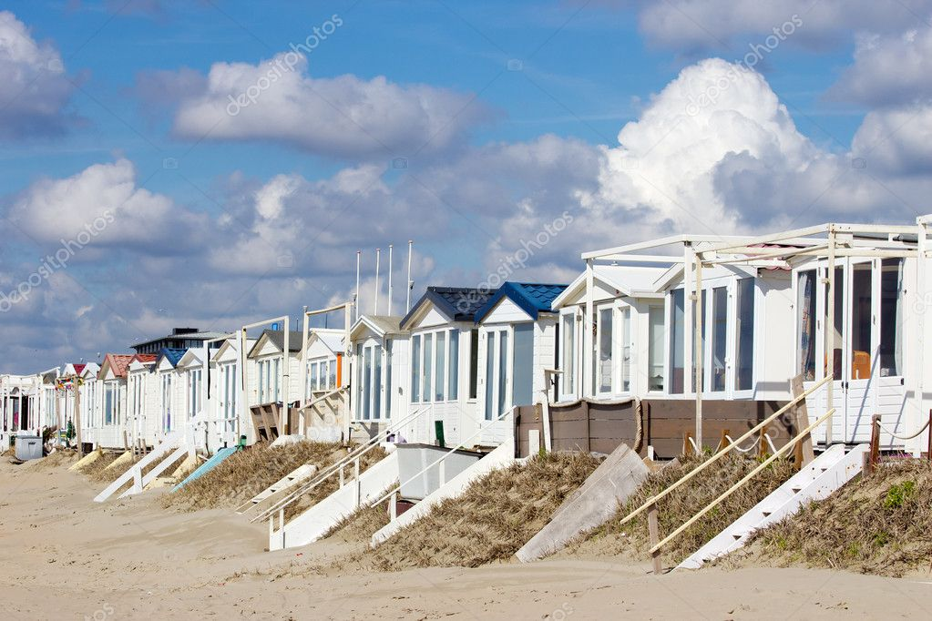 Beach houses at the Dutch coastline in Zandvoort, The Netherlands — Stock Photo #11682290