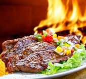 Grill auf flaming hot — Stockfoto