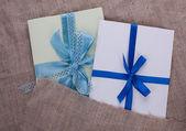 Twee envelop plundering gebonden met lint — Stockfoto