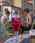 Ice tea with grenadine syrup and chatting — Stock Photo