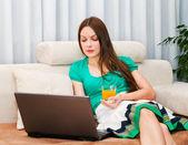 Onu laptop üzerinde çalışan atractive kadın — Stok fotoğraf