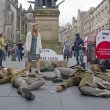 Playing Dead at the Edinburgh Festival Fringe — Stock Photo