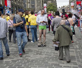 Handing out Flyers at the Edinburgh Festival — Stockfoto