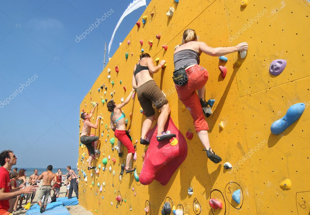 SCHEVENINGEN, HOLLAND - AUGUST 30, 2008: Annual Bouldering Competition on Scheveningen beach. Participants climbing artificial rock face. — Stock Photo #12258039