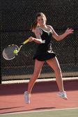 Tenis femenino reproductor hits forehand en partido — Foto de Stock