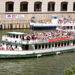 Постер, плакат: Sightseeing Boats Take Tourists Down Chicago River