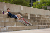 Man Rests From Riding Bicycle Along Lakeshore Drive — Stock Photo
