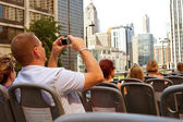 Tourist Snaps Photos Of Chicago Skyline From Sightseeing Bus — Stock Photo