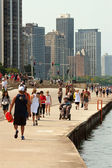 Locals and Tourists Being Active Along Chicago Shoreline On Lake — Stock Photo