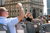 Tourists Snap Photos Of Chicago Skyline From Sightseeing Bus — Stock Photo