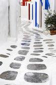Camino blanco en mykonos, grecia. — Foto de Stock
