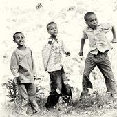 Kameraya gülümseyen etiyopya erkekler atlama — Stok fotoğraf