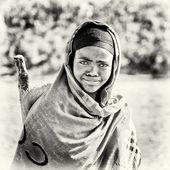 Una donna etiope orologi dritto e sorride alla telecamera — Foto Stock