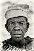 Benin stará paní wathes na fotoaparátu — Stock fotografie