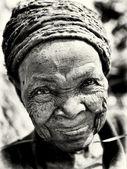 Eine sehr alte dame lächelt in die kamera — Stockfoto