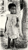 A Benin little girl stays near the tree — Stock Photo