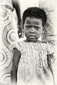Un bénin petite fille semble triste — Photo