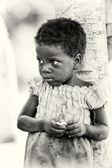 Benin dziewczynka ma niektórzy papieru w jej ręce — Zdjęcie stockowe