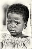 En benin liten flicka med sorgsna ögon — Stockfoto