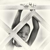 Benon jeune garçon se bloque sur la construction en bois — Photo