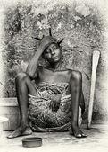 Benin žena je unavená a sedí na zemi — Stock fotografie