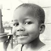Mały chłopiec dziecko ghański pozuje do kamery — Zdjęcie stockowe