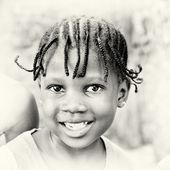 Petite fille ghanéenne pose pour la caméra et les sourires — Photo