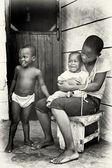 Joven ghanés madre con sus hijos y el pequeño está llorando — Foto de Stock