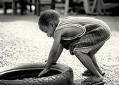 加纳的小男孩玩轮胎 — 图库照片