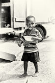 加纳的小男孩构成与汤一盘相机 — 图库照片