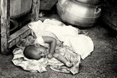 Little Ghanaian baby has to sleep on the ground — Stockfoto