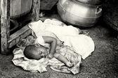 Ghanský miminko musí spát na zemi — Stock fotografie