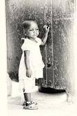 Little Ghanaian girl stays near the wall — Stock Photo